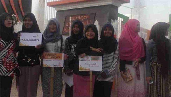 bagi-bagi-takzil-gratis-lazismu-parepare-gandeng-mahasiswa-umpar-154