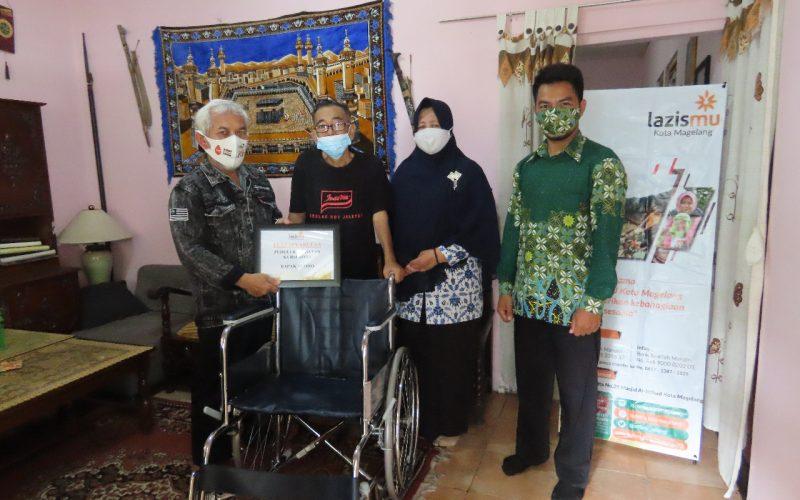 Cover Tersenyum, Yudha Bahagia Mendapatkan Bantuan Kursi Roda dari Lazismu Magelang
