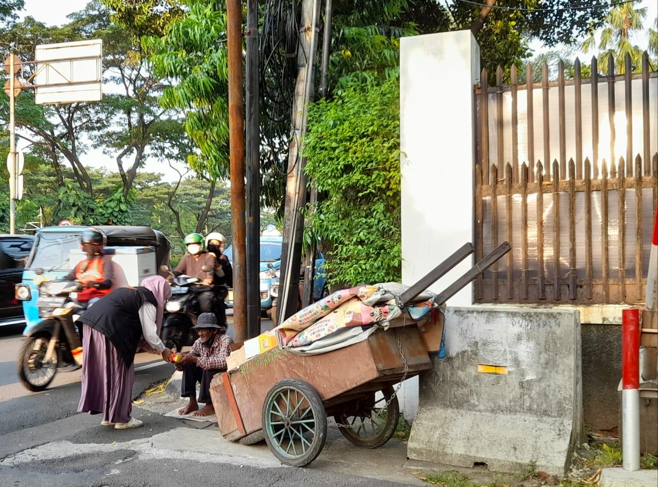 Cover Berbagi Buka Puasa dengan Pemulung di Jakarta