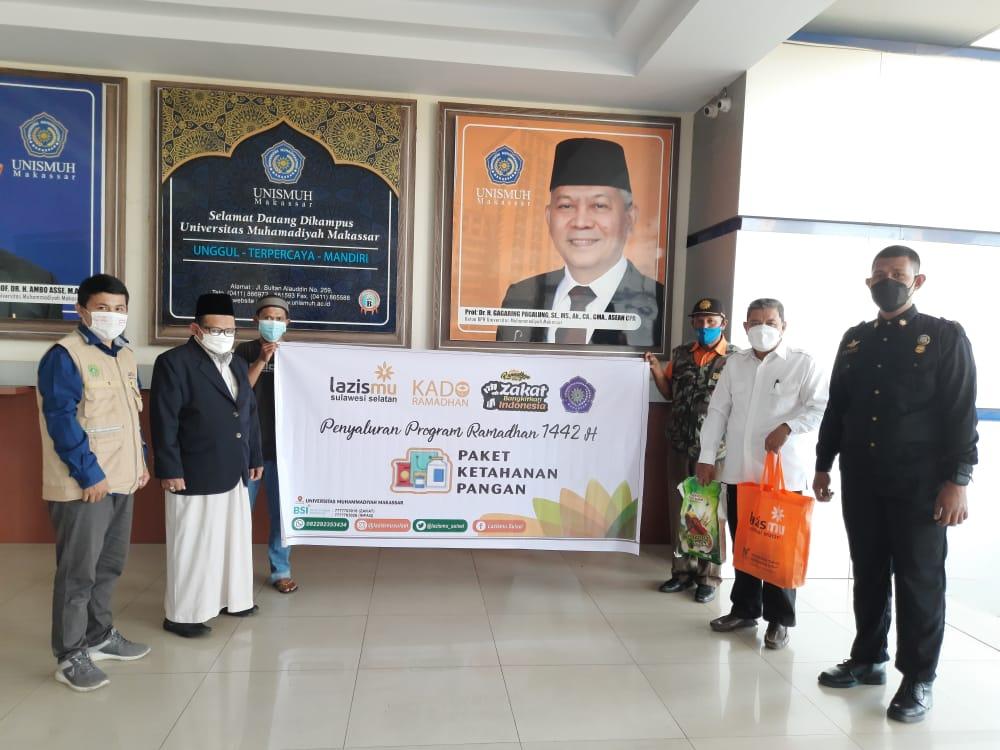 Cover Kerja Sama Dengan Unismuh Makassar, Lazismu Sulsel Bagikan Kado Ramadhan