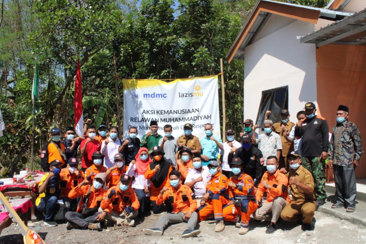 Cover Relawan Muhammadiyah Serahkan Kunci Rumah Untuk Korban Kebakaran di Bojonegoro